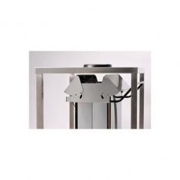 Conteneur mobile inox à pédale a ouverture centrale : vue en situation dans une cuisine professionnelle de restaurant.