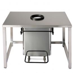 Conteneur mobile inox à pédale a ouverture centrale : mise en situation sous une table inox de cuisine.