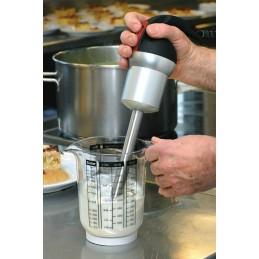 Mixeur-plongeur professionnel 20 cm de 250 W, mise en situation d'utilisation dans une cuisine.