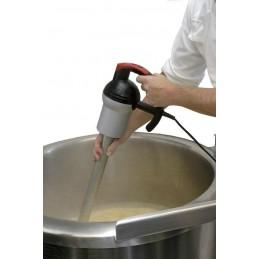 Mixeur-plongeur professionnel 50 cm de 550 W en situation soupe professionnelle
