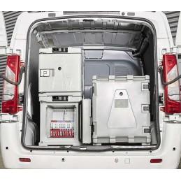 Conteneur réfrigéré 140 litres pour produits frais dans un véhicule aménagé.